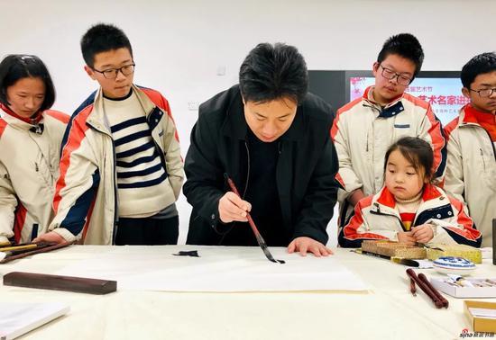 活动现场学子们观摩江苏省中国画学会副会长兼秘书长 翟优中国画创作示范