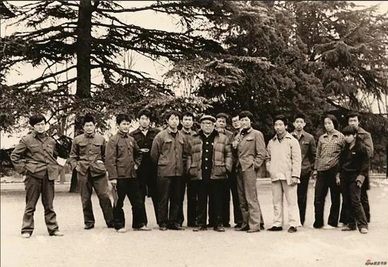 1980年,与陈大羽教授及南艺国画班同学合影于玄武湖