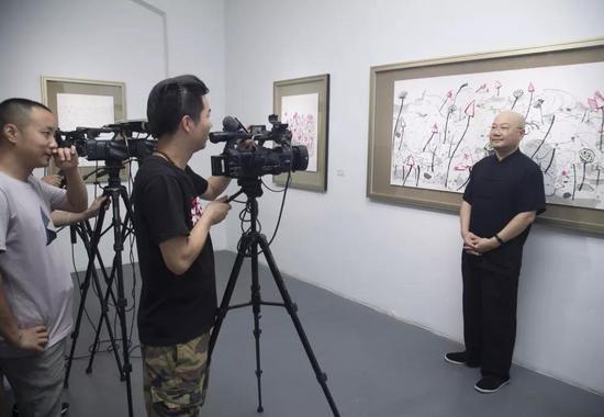 本书编著者黄诚忠接受媒体采访