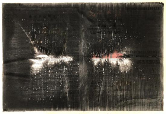 张羽   上墨,被水墨浸泡的《光明日报》:通过水墨实施的一次清洗行动    行为、《光明日报》、墨汁、水  53.5×74.5cm  2017年