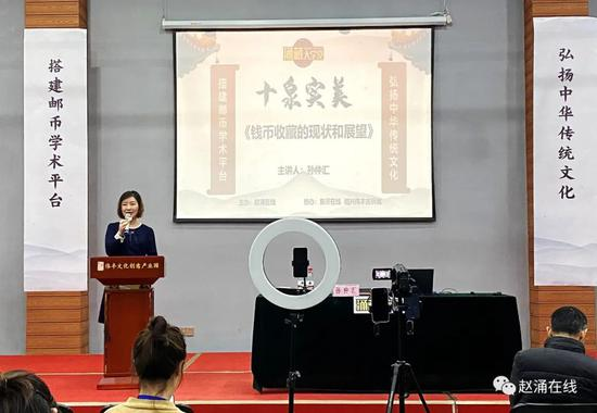 赵涌在线总经理、涌藏大学堂秘书长陈佩女士向泉友介绍赵涌在线