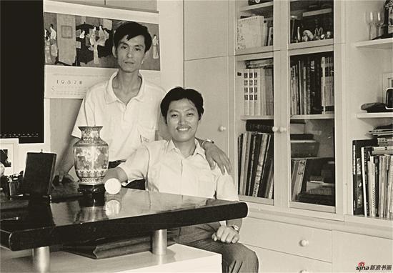 1990年,何家英与高云合作获奖后,在南京高云家庆贺并合影 ,