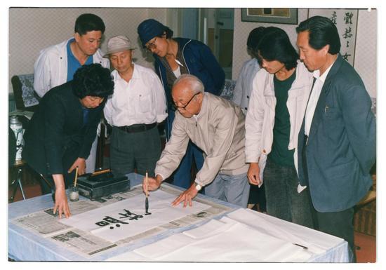 """1990年9月19日,版画家古元特意来阿城看望、指导阿城版画作者,并题""""温故知新""""四字勉励。(右二为张鹏野)"""