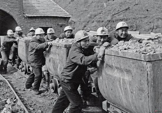 1975年深入矿区体验生活 前排左1亚明、3宋文治、二排1魏紫熙、3金志远