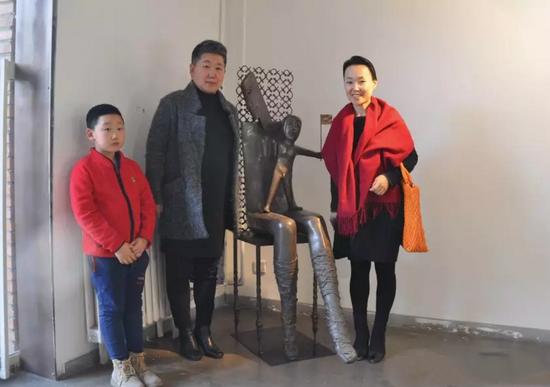 艺术家王芃与策展人赵艳婷在作品前合影
