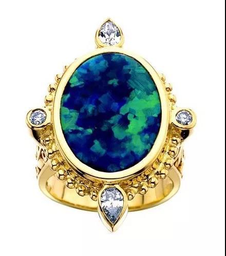 Black Beauty黄金戒指。欧泊主石来自世界最著名的黑欧泊产区——澳洲闪电岭,具有蓝绿变彩,仿佛印象派画家的笔触。