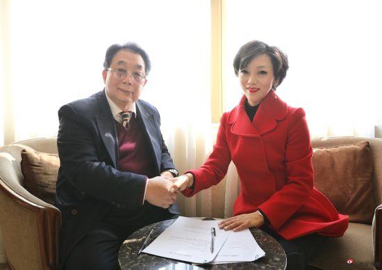 蔡居先生与奥地利安东尼.沃特钢琴CEO郭婷婷女士在新闻媒体见面会上签署了合作协议