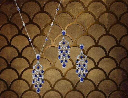 左:Graff 格拉夫 Icon系列多形切割蓝宝石和钻石吊坠项链,蓝宝石共重4.91克拉,钻石共重3.08克拉 右:Graff 格拉夫 Icon系列多形切割蓝宝石和钻石耳环,蓝宝石共重8.64克拉,钻石共重5.35克拉