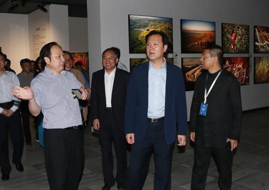 全国政协常委、中国文联党组成员、副主席李前光观看展览
