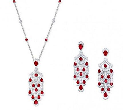 左:Graff 格拉夫 Icon系列多形切割红宝石和钻石吊坠项链,红宝石共重4.91克拉,钻石共重3.08克拉 右:Graff 格拉夫 Icon系列多形切割红宝石和钻石吊坠耳环,红宝石共重8.51克拉,钻石共重5.25克拉