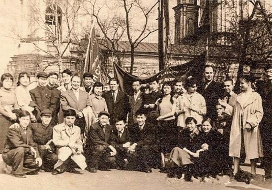 1959年5月,中国留学生与列宾美术学院院长奥列什尼柯夫合影(前排左二为李天祥)
