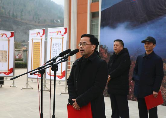 中国艺术报社总编辑康伟宣布展览开幕