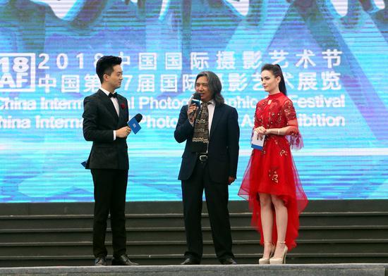 本次节展总策展人、中国美术馆馆长吴为山在开幕式上接受主持人采访