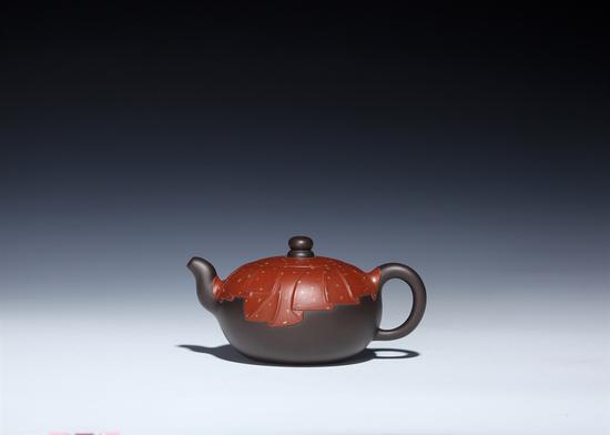 艺术家刘军作品 佛光普照壶 泥料:黑料、小红泥 年代:2018 容量:400 CC