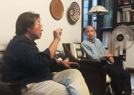 王迎春(右)在张培成(左)家中聊大写意创作