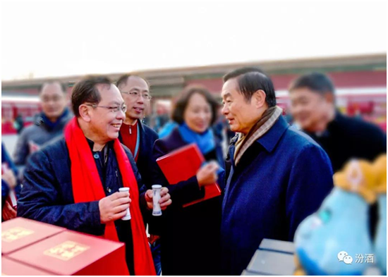 ▲文化总监柳静安为全国政协副主席刘奇葆介绍汾酒工艺