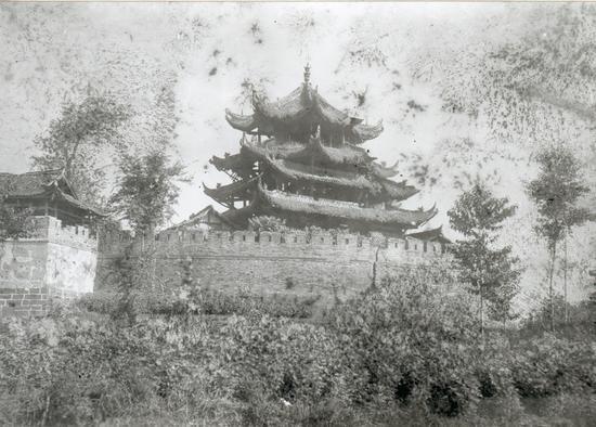 """奎星阁建在南门城墙上,如文笔高悬,汉州八景之一的""""奎楼文笔""""即是此处"""