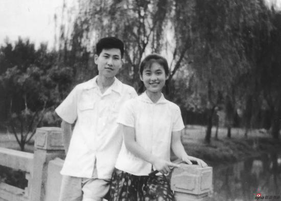 1970年代中,萧平与邹正玉的第一张合影,在清静的白鹭洲