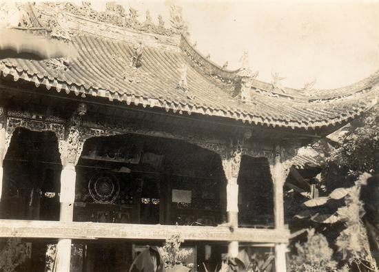高骈镇广东会馆戏台简直就是雕塑的殿堂,歇山式的房顶上,双龙戏珠,鸱吻衔脊,辟邪向天怒吼,武将、童子、仙人自得其乐