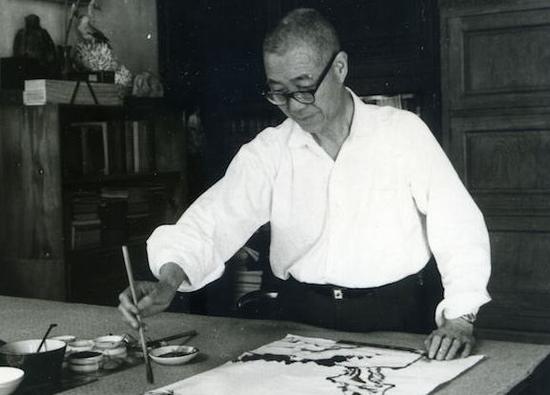 1965年潘天寿在杭州景云村寓所止止室作画