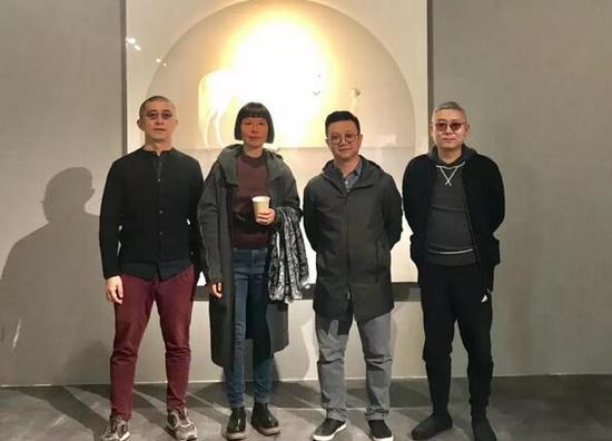 """展览现场合影,左起:艺术家张勇、丁荭、""""不同艺见""""执行馆长李裕君、艺术家屠鸿辉"""