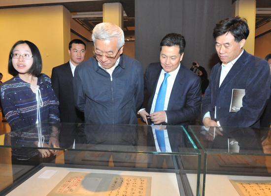 参加开幕式的嘉宾兴致勃勃地观看展览