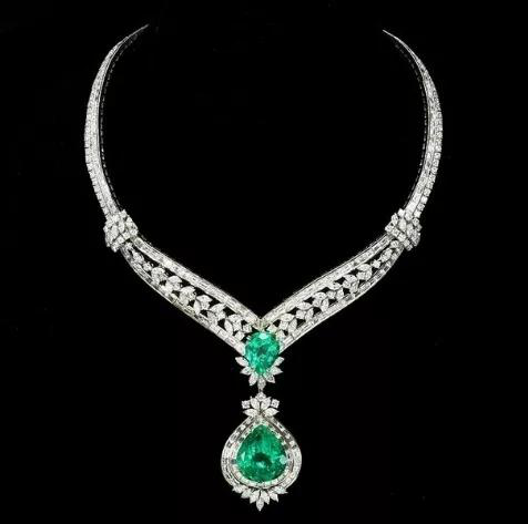 上图为伊丽莎白·泰勒为自己设计的祖母绿项链