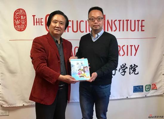 江苏省中国画学会副会长 张广才向孔子学院执行院长 李榭熙博士赠送了由他绘制插图的苏教版语文教材