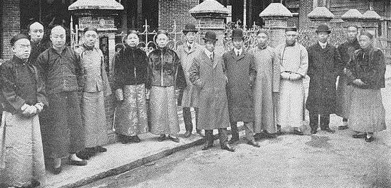 国学保存会藏书楼合影(1906年藏书楼开楼时摄,右四为邓实)