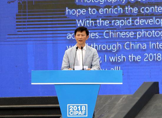 中国摄协主席李舸在开幕式上致辞