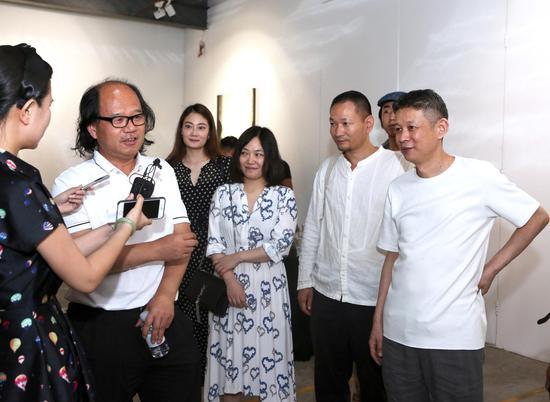 中国国家画院副院长、中国美术报总编张晓凌现场评论艺术家王非作品