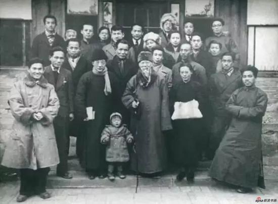 1946年北平美术家协会,右一为戴泽,右三为齐白石,左三为徐悲鸿
