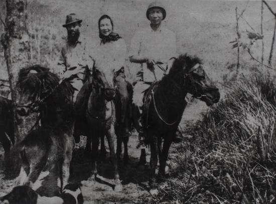 司徒乔夫妇五省考察留影,左司徒乔,中冯伊湄,右谢文祝,1946年摄