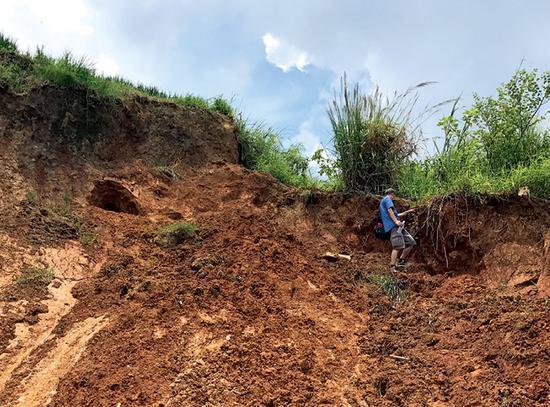 在元江红宝石次生矿脉可见一些人为挖掘的洞穴。