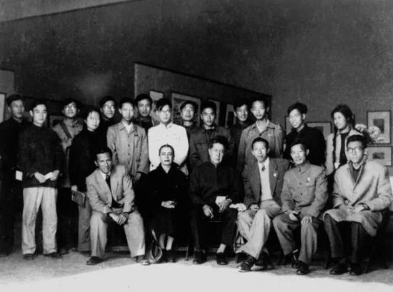 1956年墨西哥壁画家西盖罗斯、西盖罗斯夫人、王琦、李桦在北京第四届铜版画展览会场