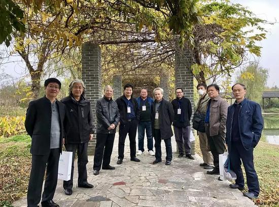 江苏省中国画学会艺术家和摄于南京万成生态园紫藤长廊