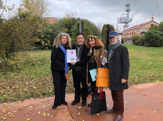 与威尼斯基金会主席等人给雕塑落座选址
