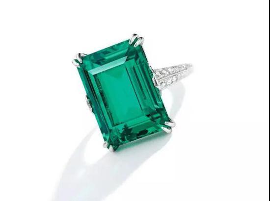 16.06 x 12.00 x 6.95mm祖母绿戒指,2017年拍卖成交价 1,695,000 美元。