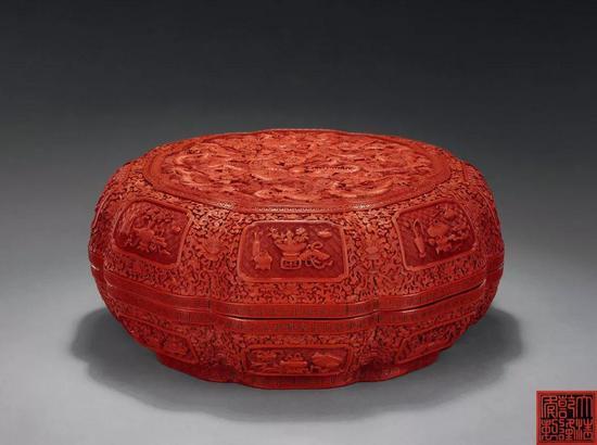 清乾隆  剔红五龙图葵瓣式盒  D:35.5 cm  成交价:RMB 1,380,000