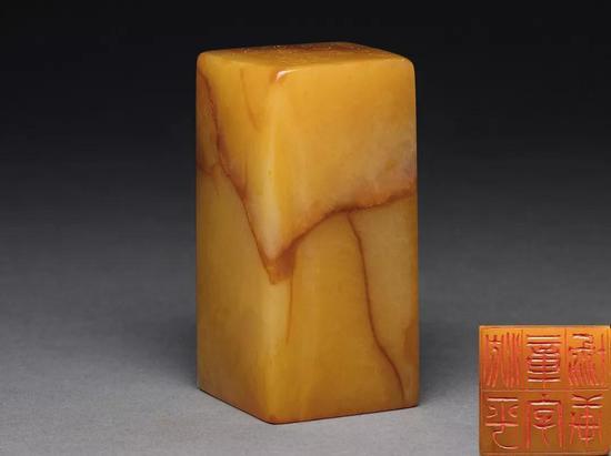 吴让之刻 寿山田黄石平顶方章  3×2.9×6.2 cm;141g  成交价:RMB 9,200,000