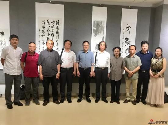 江苏省中国画学会部分参展艺术家在展览现场合影留念