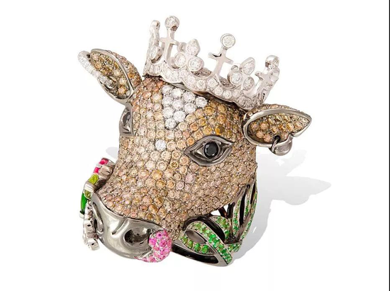 Cow镀铑金质戒指,Lydia Courteille,镶嵌钻石、沙弗莱石、蓝宝石。
