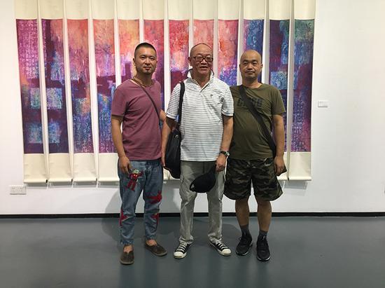 师生齐聚抽象画展。左起:顾文辉、童建颖、吕嵘。