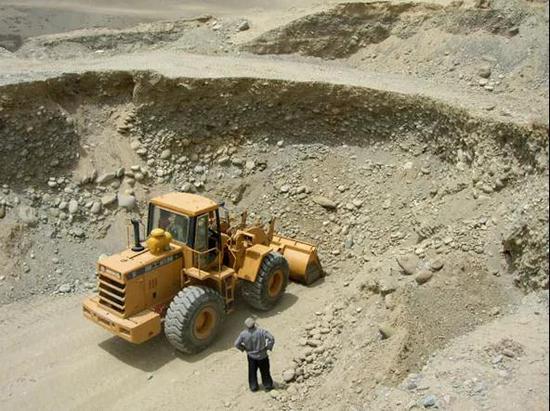 和田矿坑挖掘机开采