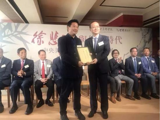 中央人民政府驻香港特别行政区联络办公室副主任杨健为中央美术学院美术馆馆长张子康颁发主办机构纪念证书。
