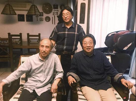 王迎春(左)在张培成(右)周卫平(中)合影