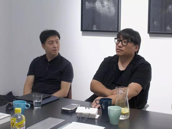策展人郑闻(左)、策展人李振华(右),图片由量子画廊提供
