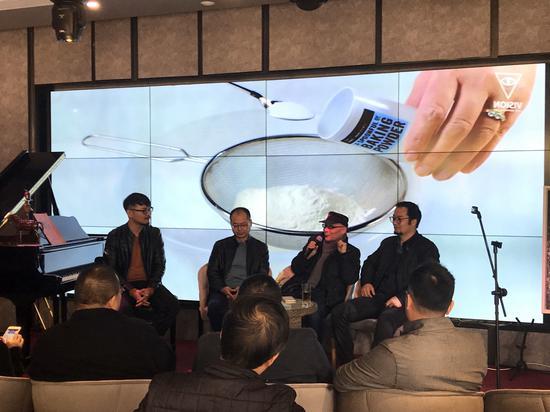王承东(右二)、何金安(右三)、俞科(右一)三位艺术家在现场分享感想