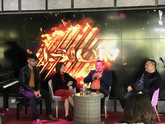百家湖国际展览有限公司负责人黄炳良(右二)现场分享观展体验