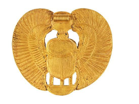 ▲图坦卡蒙墓穴的圣甲虫吊坠背面图,在足金上勾勒的细致纹样清晰可见。